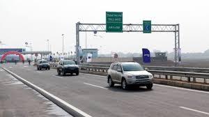 lái xe ô tô trên đường cao tốc