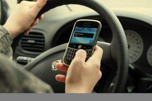 tránh phân tâm khi lái xe ô tô