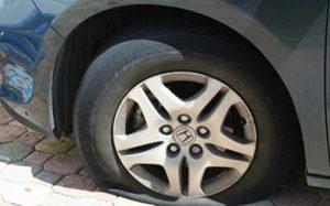 làm sao khi xe ô tô bị nổ lốp